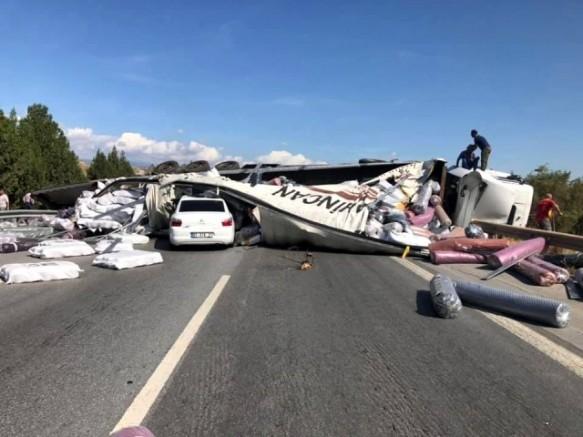 Gaziantep'ten Giden TIR; Otoyol'da 2 Araca Çarptı, Kazada 4 Kişi Yaralandı