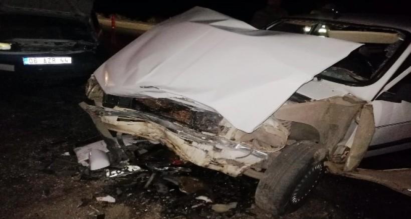 İki otomobil çarpıştı, 10 kişi yaralandı