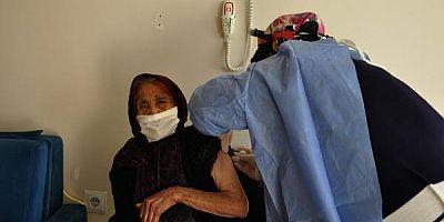 Gaziantep'te 111 yaşındaki Fatma nineye, koronavirüs aşısı yapıldı