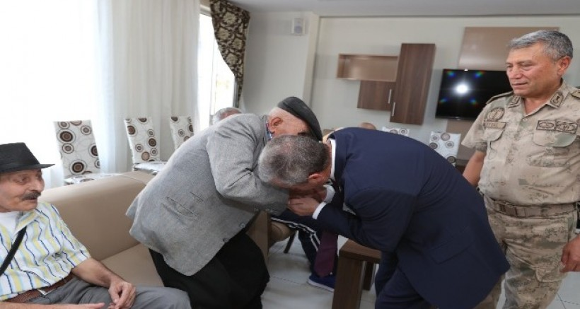 Tahmazoğlu, bayramı vatandaşlarla karşıladı