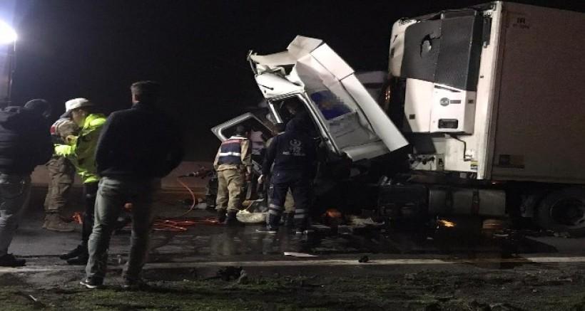 Tır refüje çarptı, araçta ssıkışan sürücü güçlükle kurtarıldı